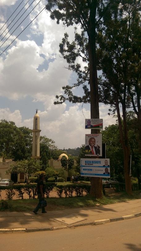 Moschee und Wahlwerbung auf dem Campus der Makerere Universität