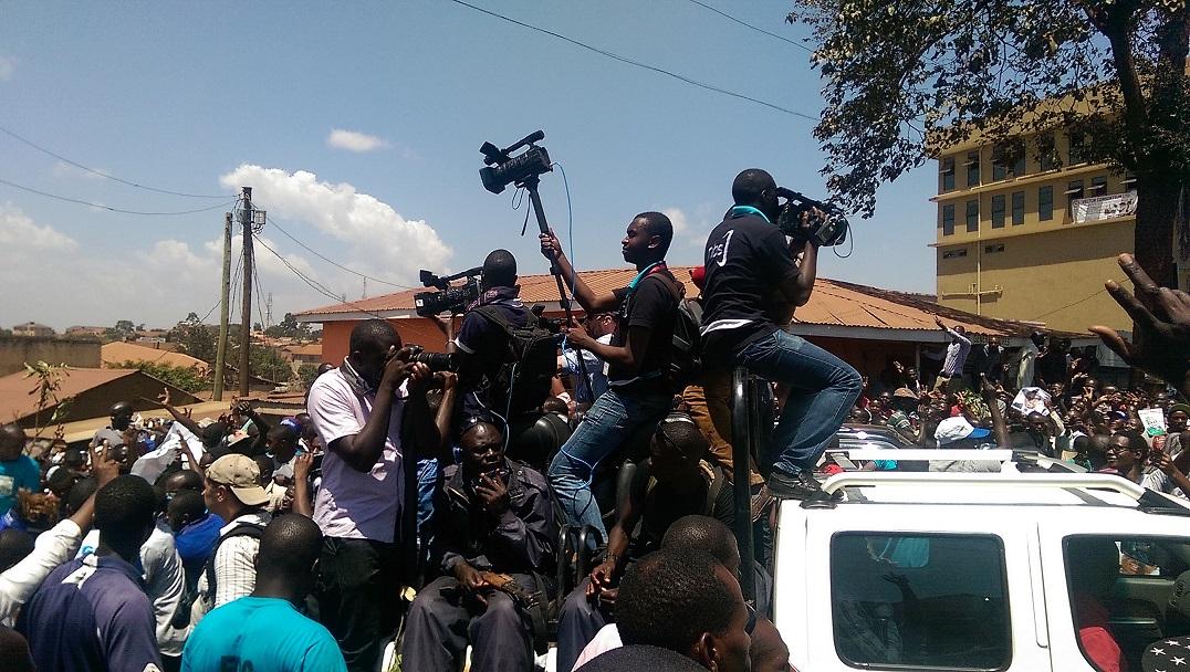 Ein Medientross fährt Dr. Besigye voraus und überträgt live