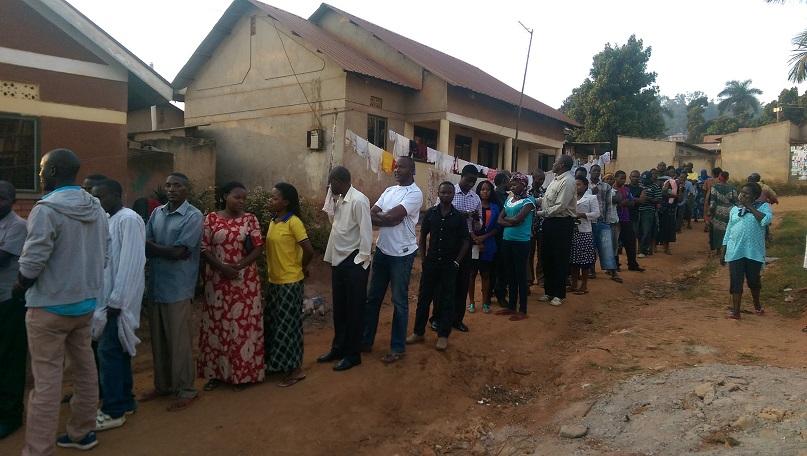 Warten aufs Wählen in Makindye
