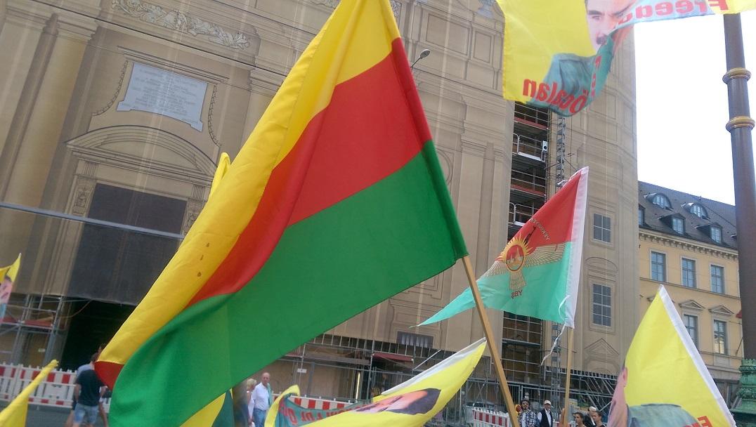 Die Fahne Rojavas und der bewaffneten Selbstverteidigungskräfte der EzidInnen, YBS, war überall präsent.