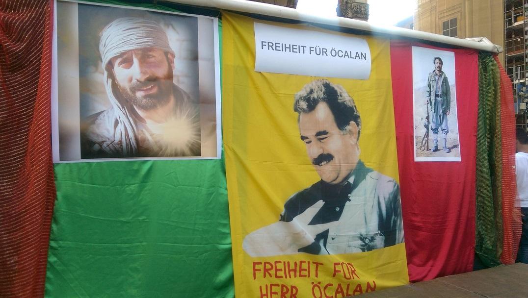 Das Bühnenbild: Abu Layla, legendärer Kommandant bei der Befreiung Rojavas, der am 5.6.16 gefallen ist; Abdullah Öcalan; Heval Agit (v.l.n.r).